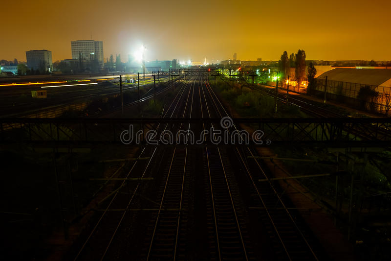 Treinsporen bij nacht stock foto's