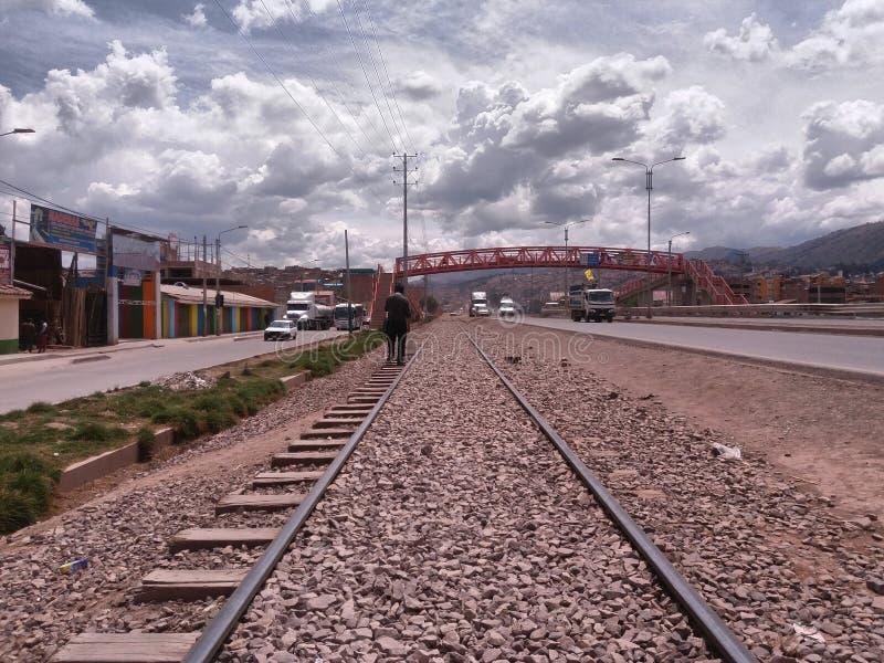 Treinsporen en nabijgelegen brug stock afbeeldingen