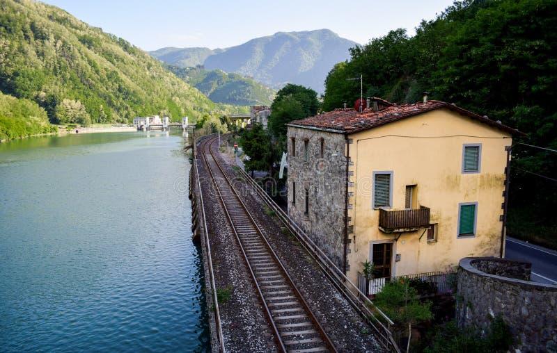 Treinsporen langs de rivier royalty-vrije stock foto