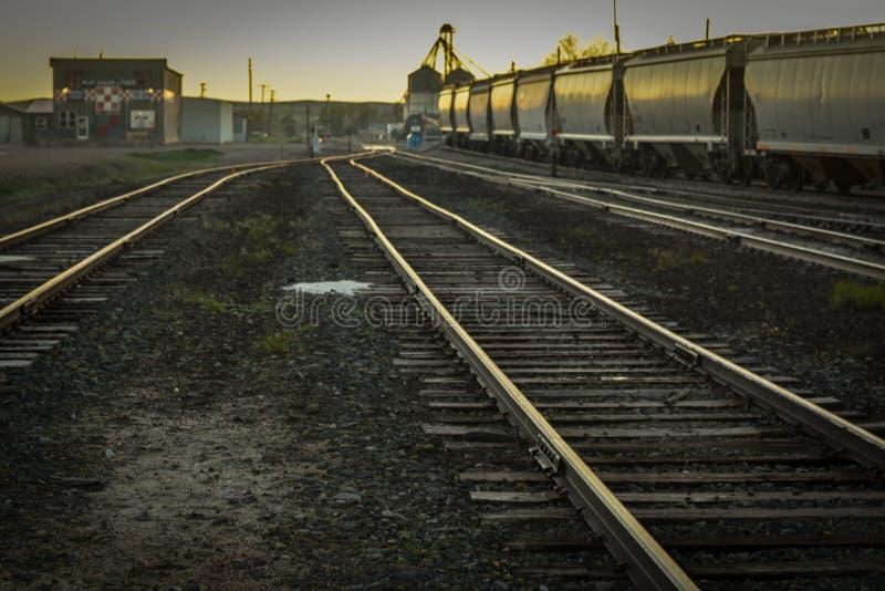 Treinsporen in Oude Trainyard bij Zonsondergang royalty-vrije stock afbeelding