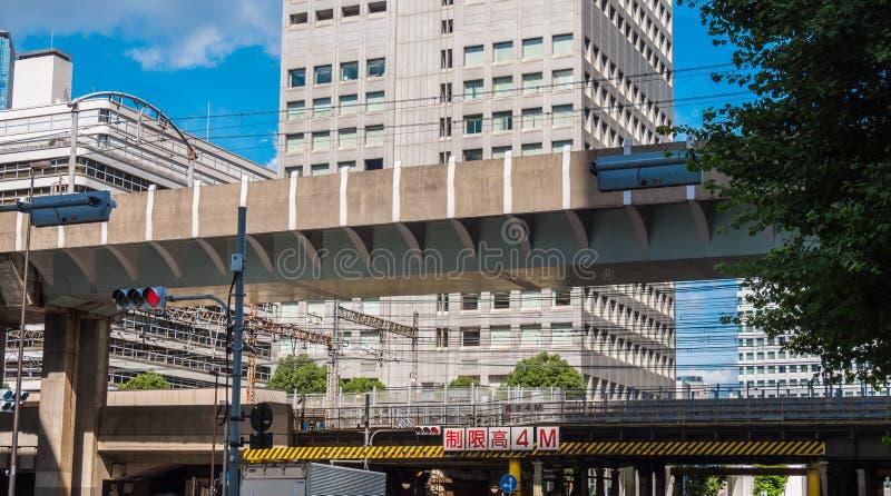 Treinsporen in Toyko de stad in - TOKYO, JAPAN - JUNI 19, 2018 royalty-vrije stock afbeeldingen
