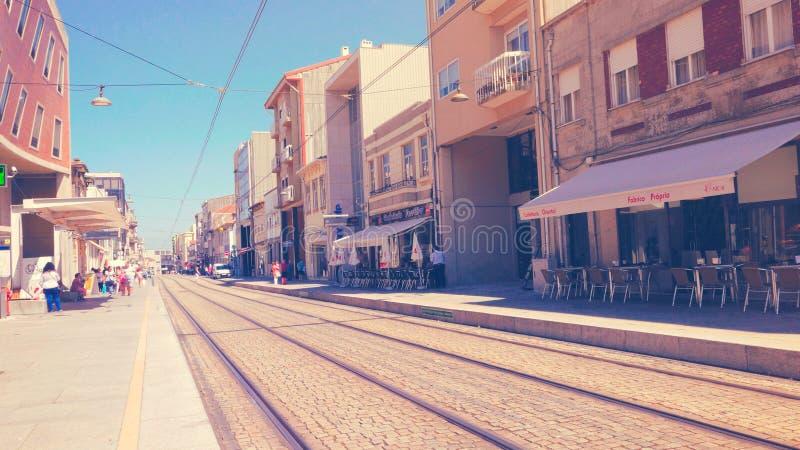 Treinsporen van Porto, Portugal met Winkels stock afbeelding