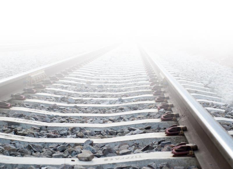Treinsporen in zware mist royalty-vrije stock afbeelding