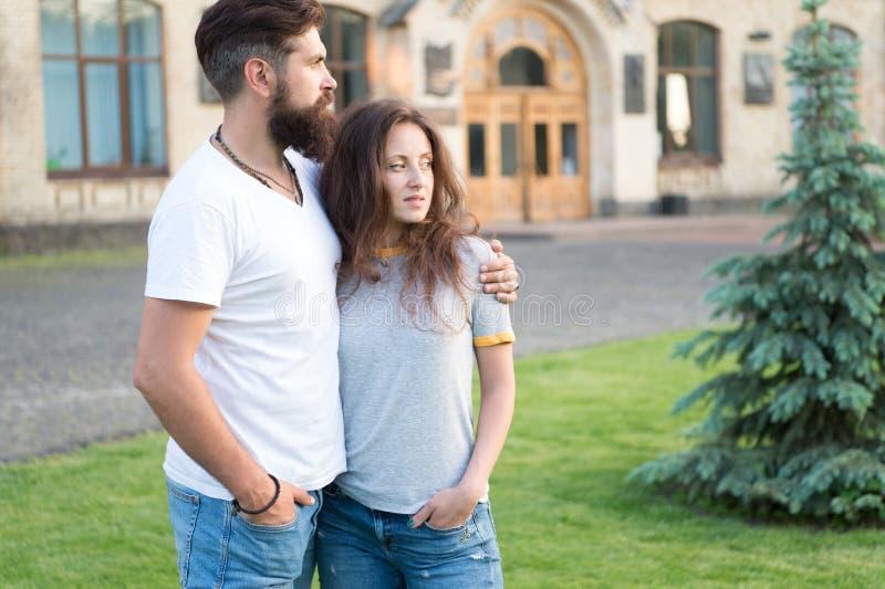 ?treinte tendre L'amour est un jeu que deux peuvent jouer et chacun des deux peuvent gagner Couplez la détente en s'amusant Hippi images stock