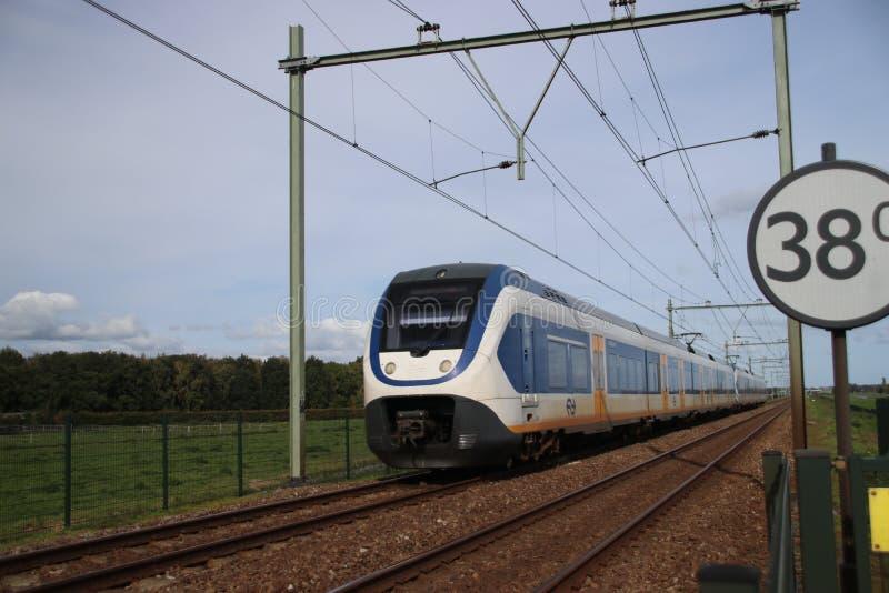 Treintype SLT van NS die bij het spoorwegspoor lopen in het hol IJssel van Nieuwerkerk aan in Nederland royalty-vrije stock foto's
