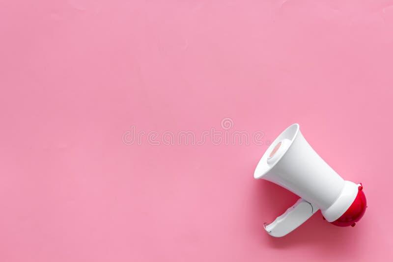 Trek aandacht met megafoon op roze hoogste mening aan als achtergrond copyspace stock afbeeldingen