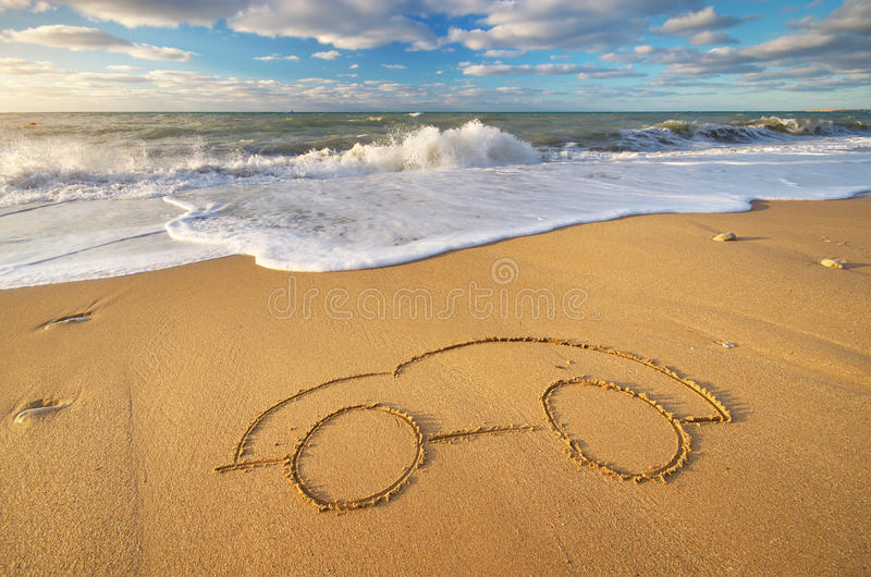 Trek auto op strandzand stock fotografie
