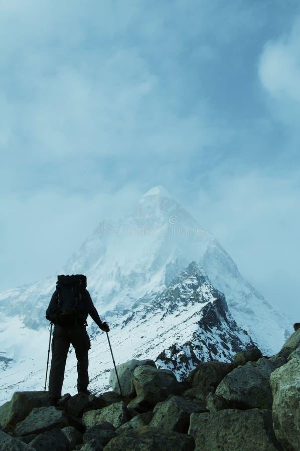 Trek in bergen Himalayan stock afbeeldingen