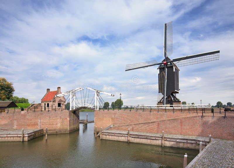 Trek brug in oude stad van Heusden, Nederland stock fotografie