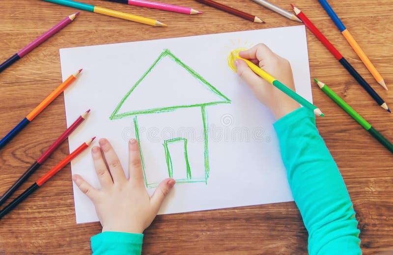 Trek de familie van het kindhuis stock afbeelding