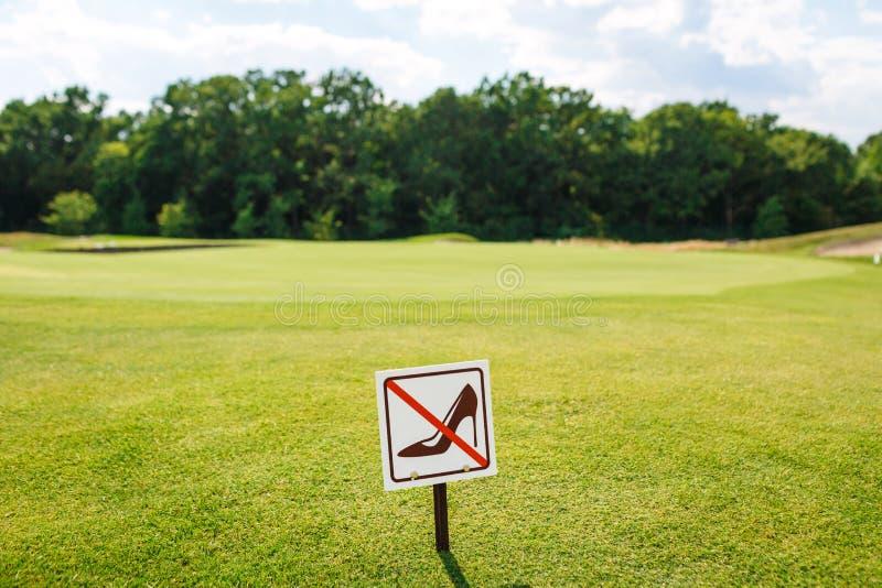 Trek de gang van ` t op het grasteken aan De tekenraad op het parkgazon loopt niet op het Gras stock foto's