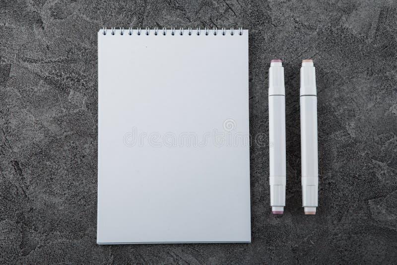 Trek in een wit notitieboekje Ruimte voor ontwerp Hoogste mening royalty-vrije stock fotografie