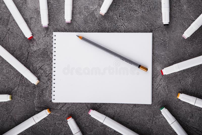 Trek in een wit notitieboekje Ruimte voor ontwerp Hoogste mening stock fotografie