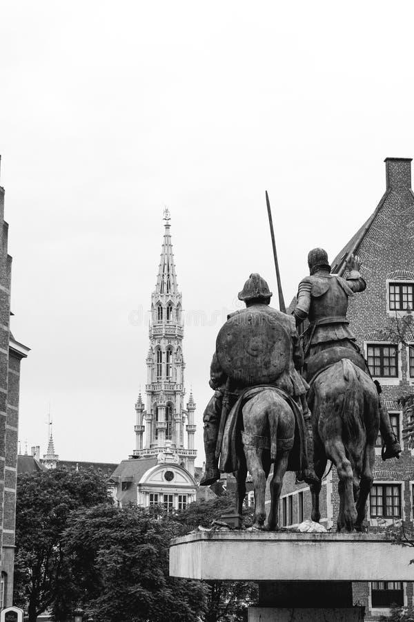 Trek het standbeeld het kijken en stadhuis van Don Quichot in Brussel aan stock foto's