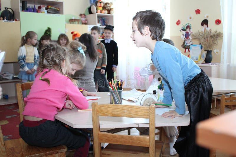 Trek kinderen in kleuterschool stock foto