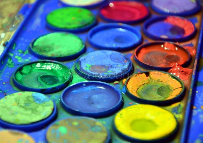 Trek nat gebruikt palet, kunstenaar ` s het heldere kleurrijke palet, omhoog sluit royalty-vrije stock afbeelding