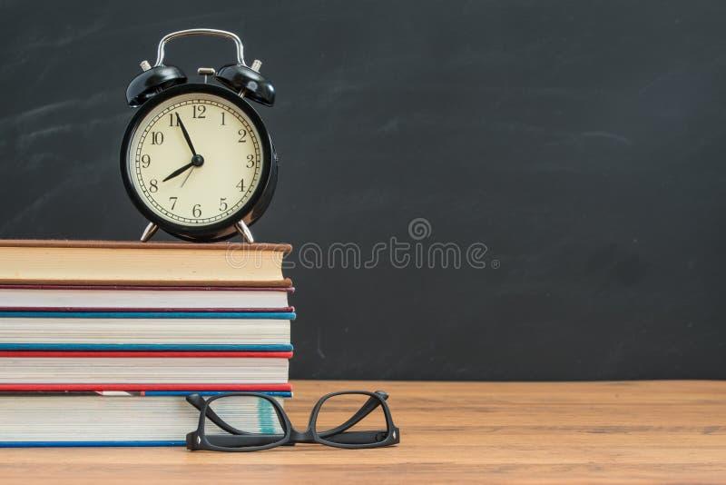 Trek ` t is aan laat wanneer u terug naar school en aantrekken ` t vergeten uw glas stock fotografie