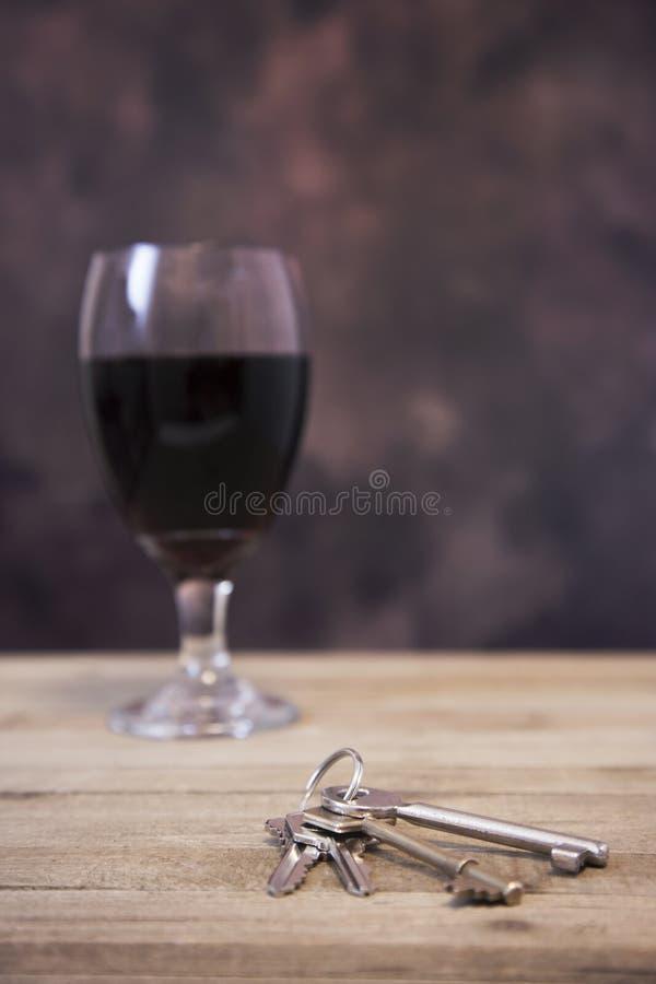 Trek `t drank en aandrijving aan royalty-vrije stock afbeeldingen