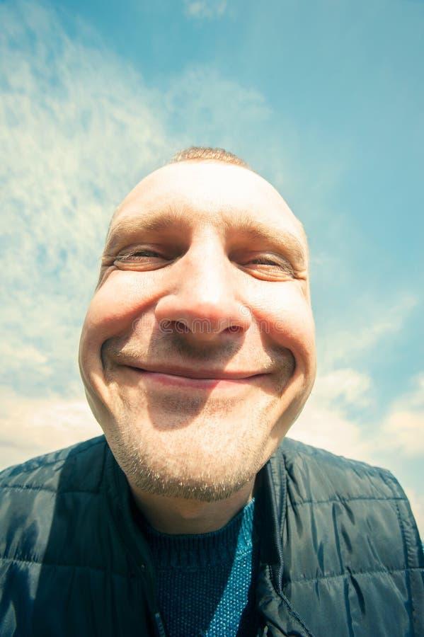 Trek ` t zorg-is aan gelukkig! Het opgetogen grappige portret van de mensenclose-up royalty-vrije stock foto's