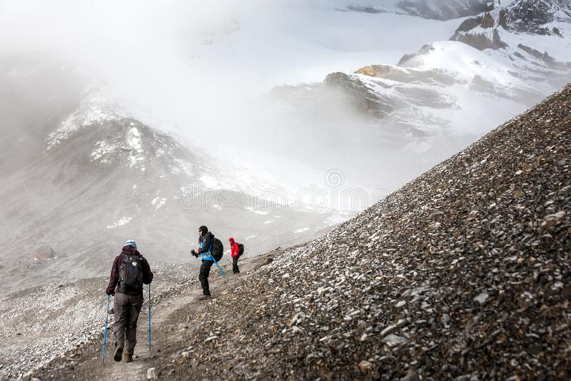 Trekker που περπατά αργά στο πέρασμα Λα Thorung - το υψηλότερο σημείο επάνω στοκ φωτογραφία με δικαίωμα ελεύθερης χρήσης