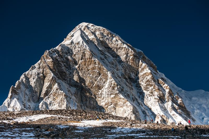 Trekker που πλησιάζει το βουνό PumoRi στην κοιλάδα Khumbu σε έναν τρόπο στοκ φωτογραφίες με δικαίωμα ελεύθερης χρήσης