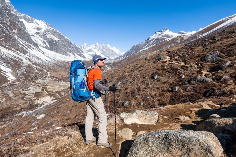 Trekker που πλησιάζει το πέρασμα Λα Renjo σε έναν τρόπο στο στρατόπεδο βάσεων Everest στοκ εικόνα