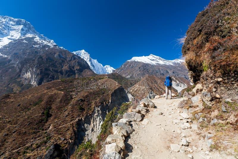 Trekker που πλησιάζει το πέρασμα Λα Renjo σε έναν τρόπο στο στρατόπεδο βάσεων Everest στοκ φωτογραφία