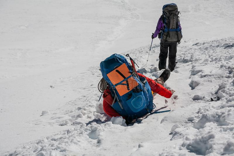 Trekker вставил в отверстии в снеге пока пересекающ пропуск Ла Cho внутри стоковое изображение