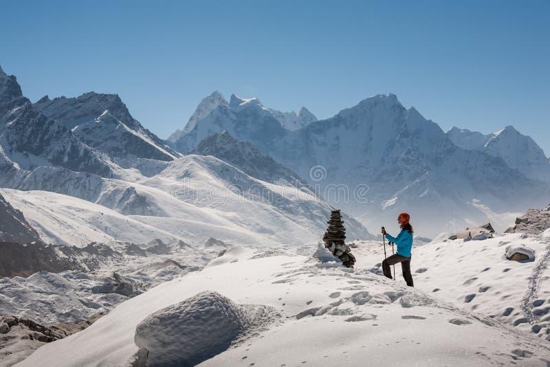 Trekker в долине Khumbu на пути к базовому лагерю Эвереста стоковое изображение