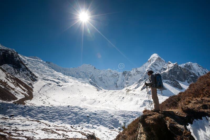 Trekker в долине Khumbu на пути к базовому лагерю Эвереста стоковые изображения rf