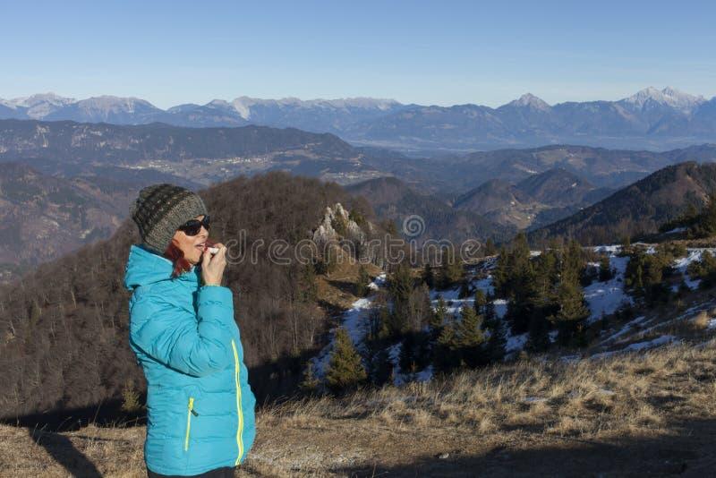 Trekker женщины прикладывая губы бальзама стоковое изображение rf