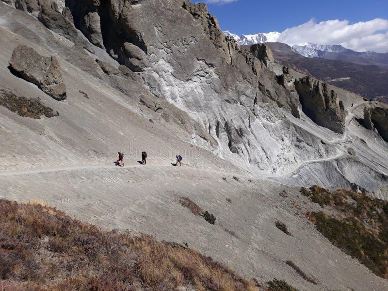 Trekker идя к озеру Tilicho, Непалу стоковое фото