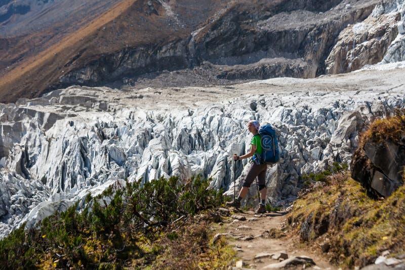 Trekker перед ледником Manaslu на треке цепи Manaslu в n стоковое изображение rf