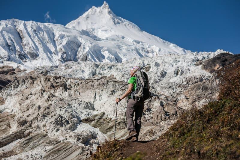 Trekker перед ледником Manaslu на треке цепи Manaslu в n стоковое фото rf