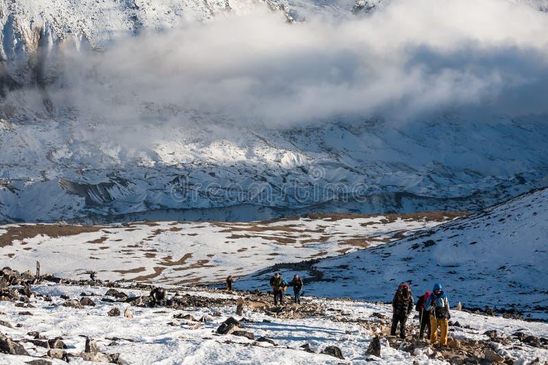 Trekker причаливая горе PumoRi в долине Khumbu на пути к стоковые изображения rf