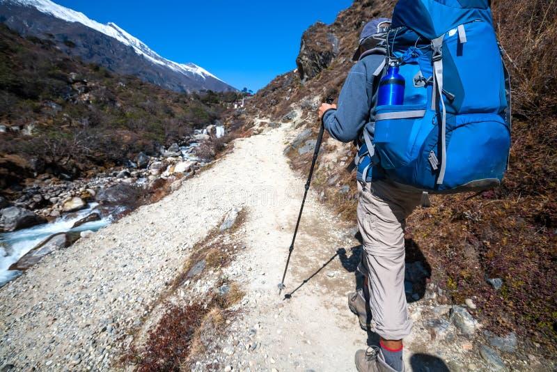 Trekker причаливая Ла Renjo передает дальше путь к базовому лагерю Эвереста стоковое изображение