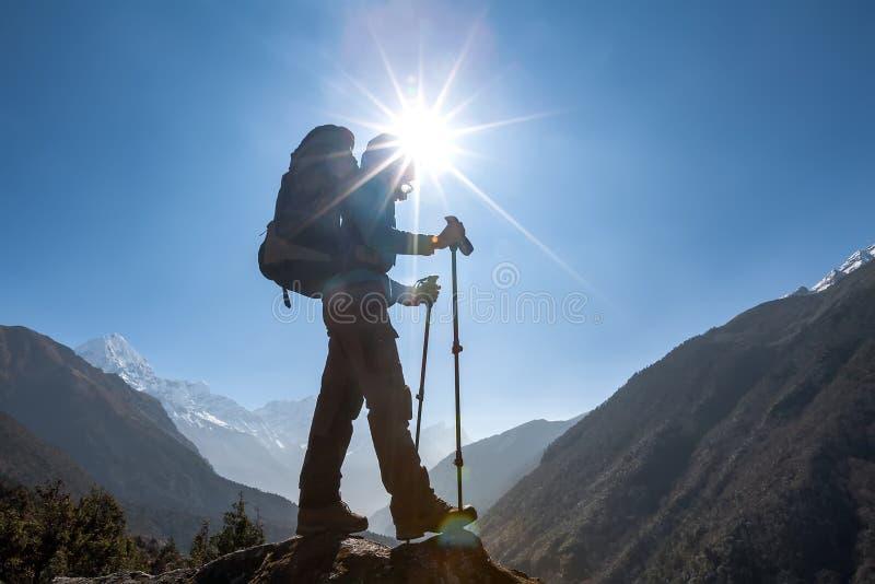 Trekker причаливая Ла Renjo передает дальше путь к базовому лагерю Эвереста стоковое изображение rf