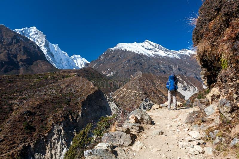 Trekker причаливая Ла Renjo передает дальше путь к базовому лагерю Эвереста стоковые фотографии rf