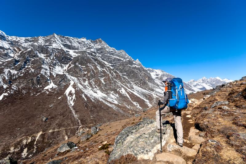 Trekker причаливая Ла Renjo передает дальше путь к базовому лагерю Эвереста стоковые изображения