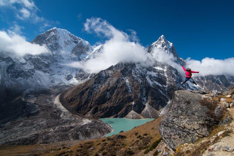 Trekker скачет над утесом thw на пути от Lobuche к vill Gokyo стоковые изображения