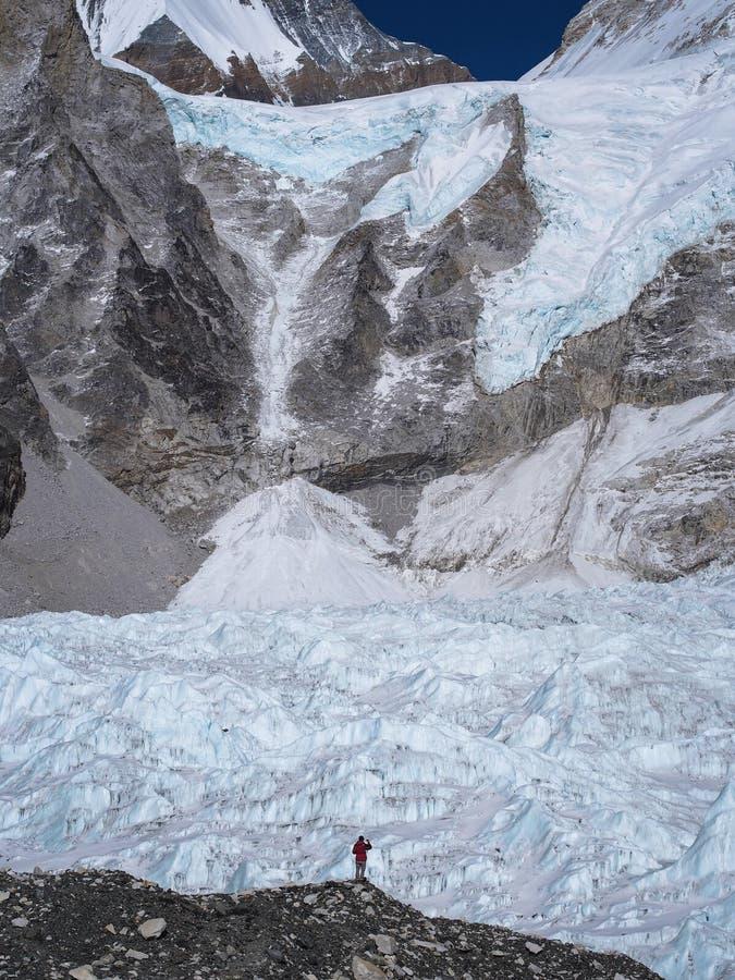 Trekker стоя перед ледником Khumbu в Непале стоковые изображения rf