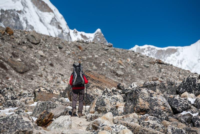 Trekker approchant la montagne de PumoRi en vallée de Khumbu sur un chemin à photographie stock libre de droits