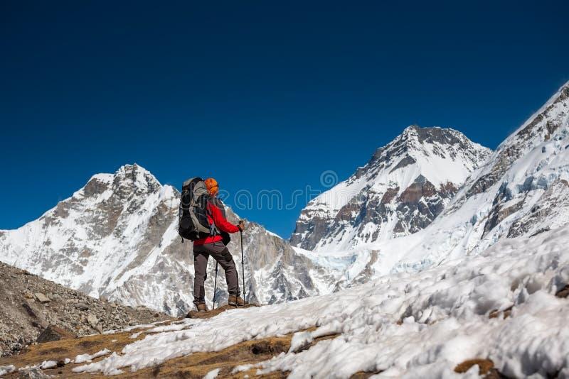 Trekker approchant la montagne de PumoRi en vallée de Khumbu sur un chemin à images stock