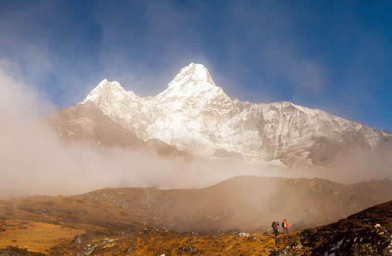 Trekker au-dessous d'Ama Dablam au Népal Himalaya images libres de droits