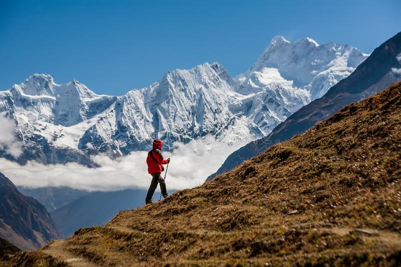 Trekker bij Manaslu-kringstrek in Nepal royalty-vrije stock afbeeldingen
