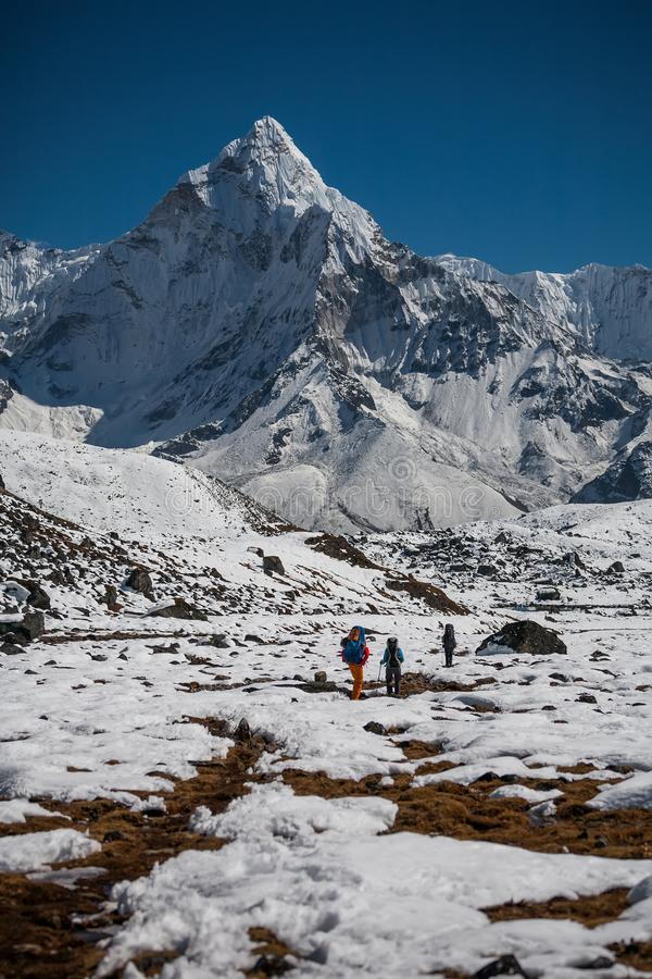 Trekker che si avvicina al supporto di Amadablam in valle di Khumbu su un modo a fotografie stock