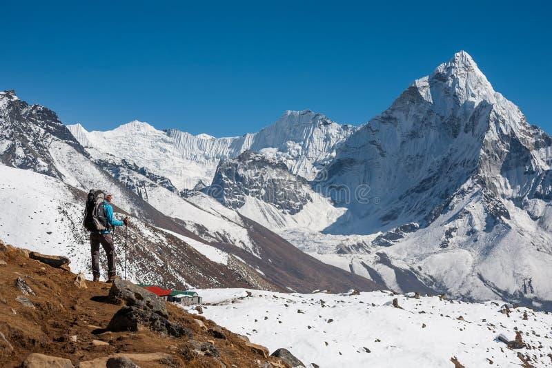 Trekker che si avvicina al supporto di Amadablam in valle di Khumbu su un modo a immagini stock