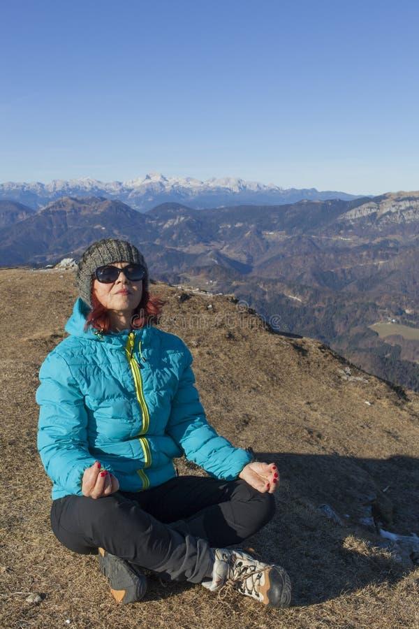 Trekker da mulher que relaxa nas montanhas fotografia de stock royalty free