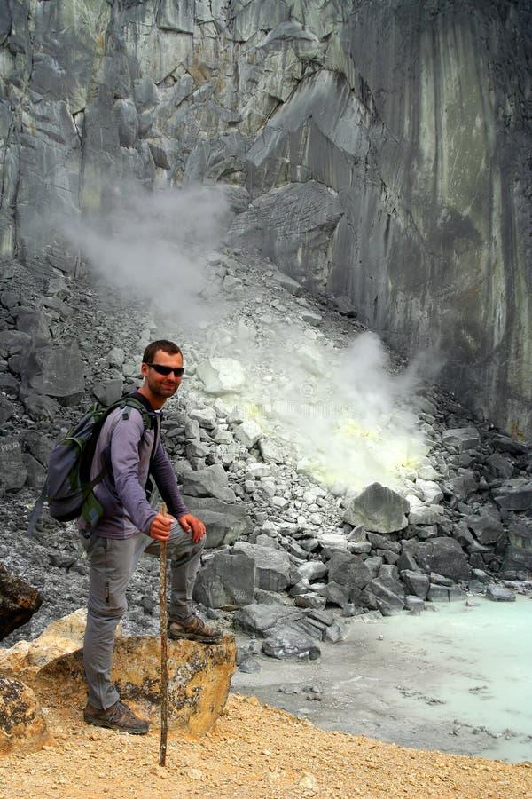 Trekker in de Krater stock afbeelding
