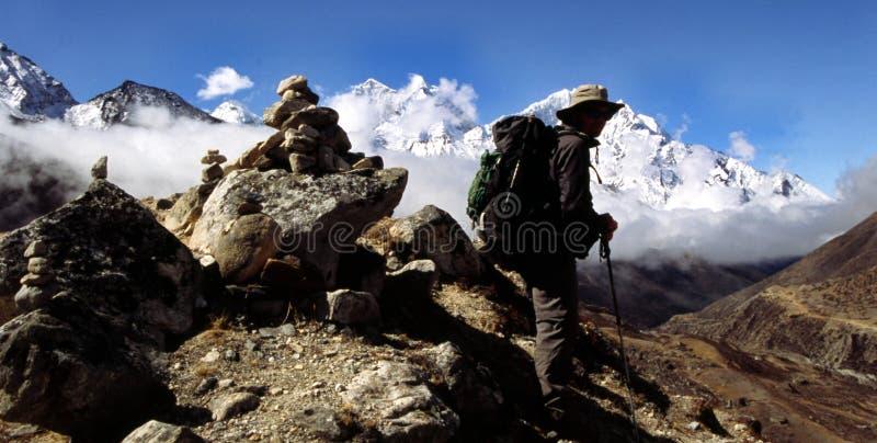 Trekker de l'Himalaya images libres de droits